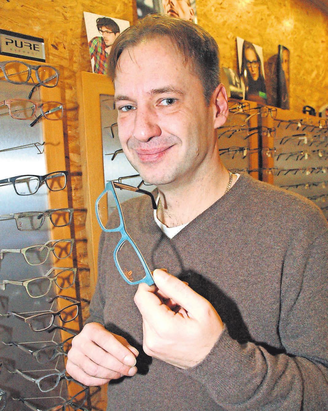 So bietet René Ehrmann (links) zum Beispiel Brillen aus dem natürlichen Werkstoff Holz, allergiefrei und mit der besonderen optischen Note an.