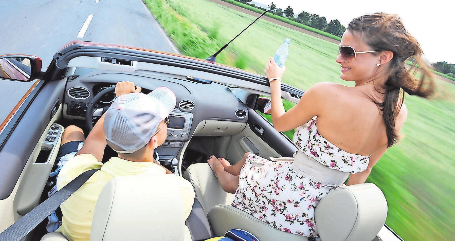 Waghalsige Sitzpositionen im Wagen können schwere Verletzungen zur Folge haben. Foto: Allianz