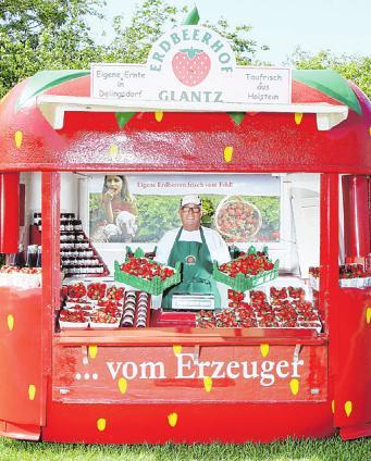Die Verkäufer in den Erdbeer-Pavillons freuen sich auf den Start der Erdbeersaison Foto: Glantz