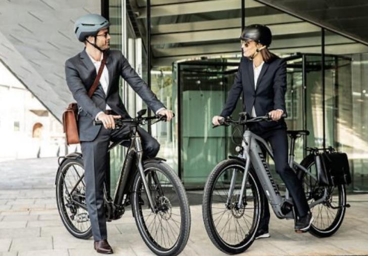 Mit dem Bike ins Büro. Vom Arbeitgeber geleaste Fahrräder lohnen sich finanziell ebenso wie für die Umwelt und die eigene Gesundheit. Bild: djd/www.mein-dienstrad.de