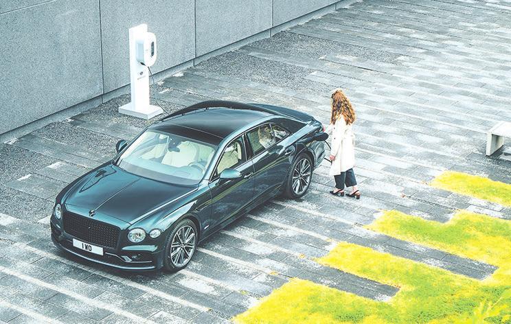 Mit Strom und Benzin unterwegs: der Bentley Flying Spur Hybrid. Kunden können auch eine Bentley-Wallbox bestellen, die als Option ohne Aufpreis erhältlich ist