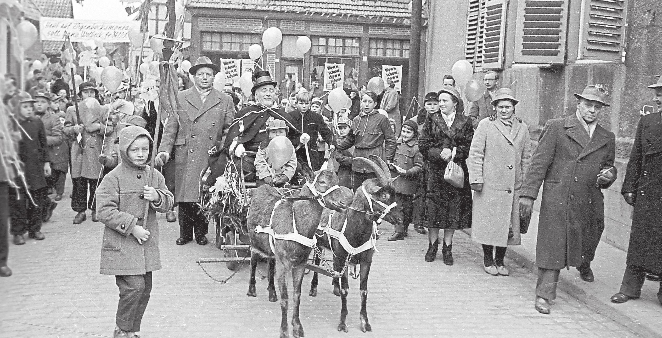 So sah der Ziegenbocksmontag in seinen Anfängen aus. Auch heute noch geht ein Ziegenbock als Maskottchen mit. Foto: ZiBoMo