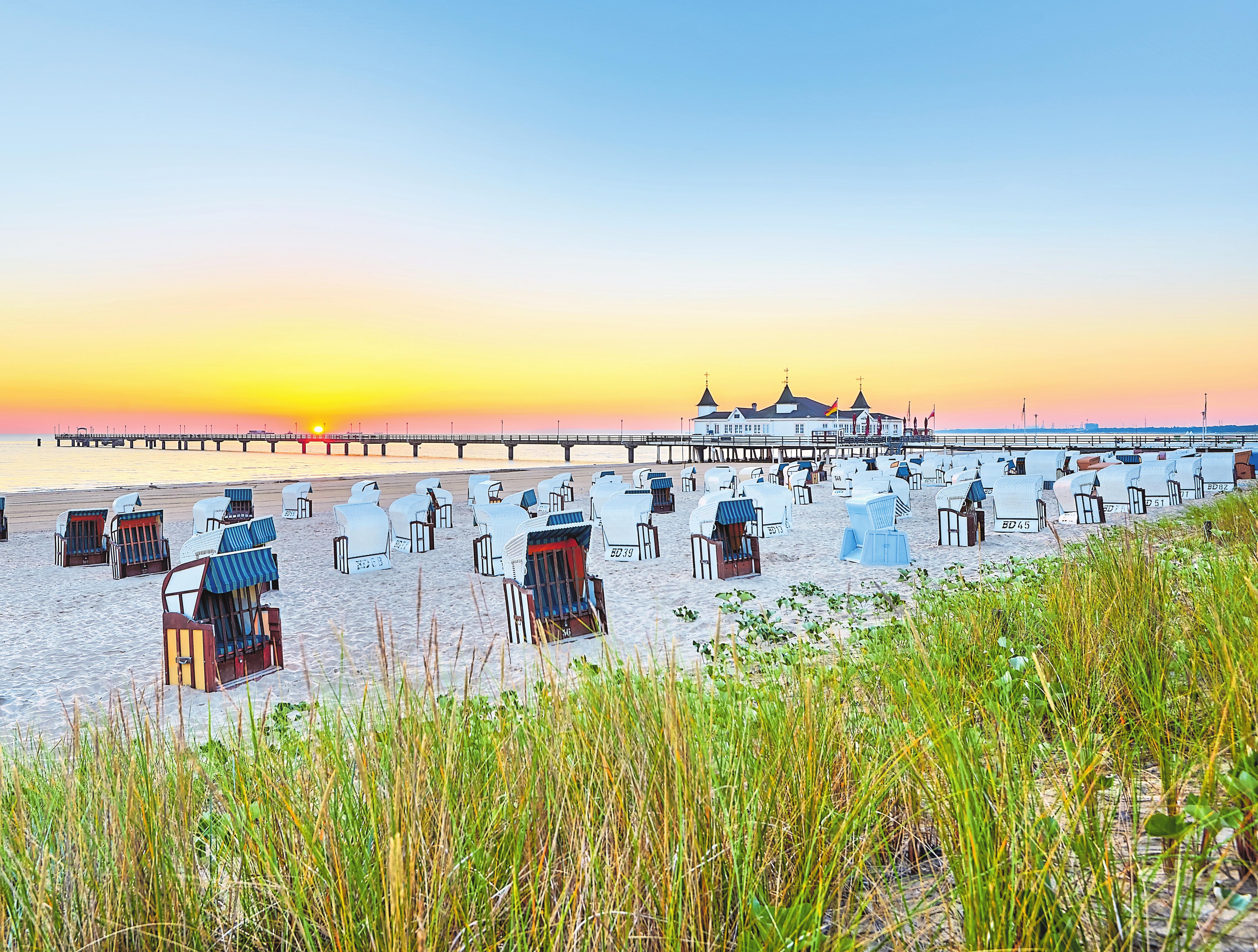 Die Ostsee bietet zahlreiche lange, gut gepflegte Sandstrände, die man etwa wie hier im Strandkorb genießen kann.