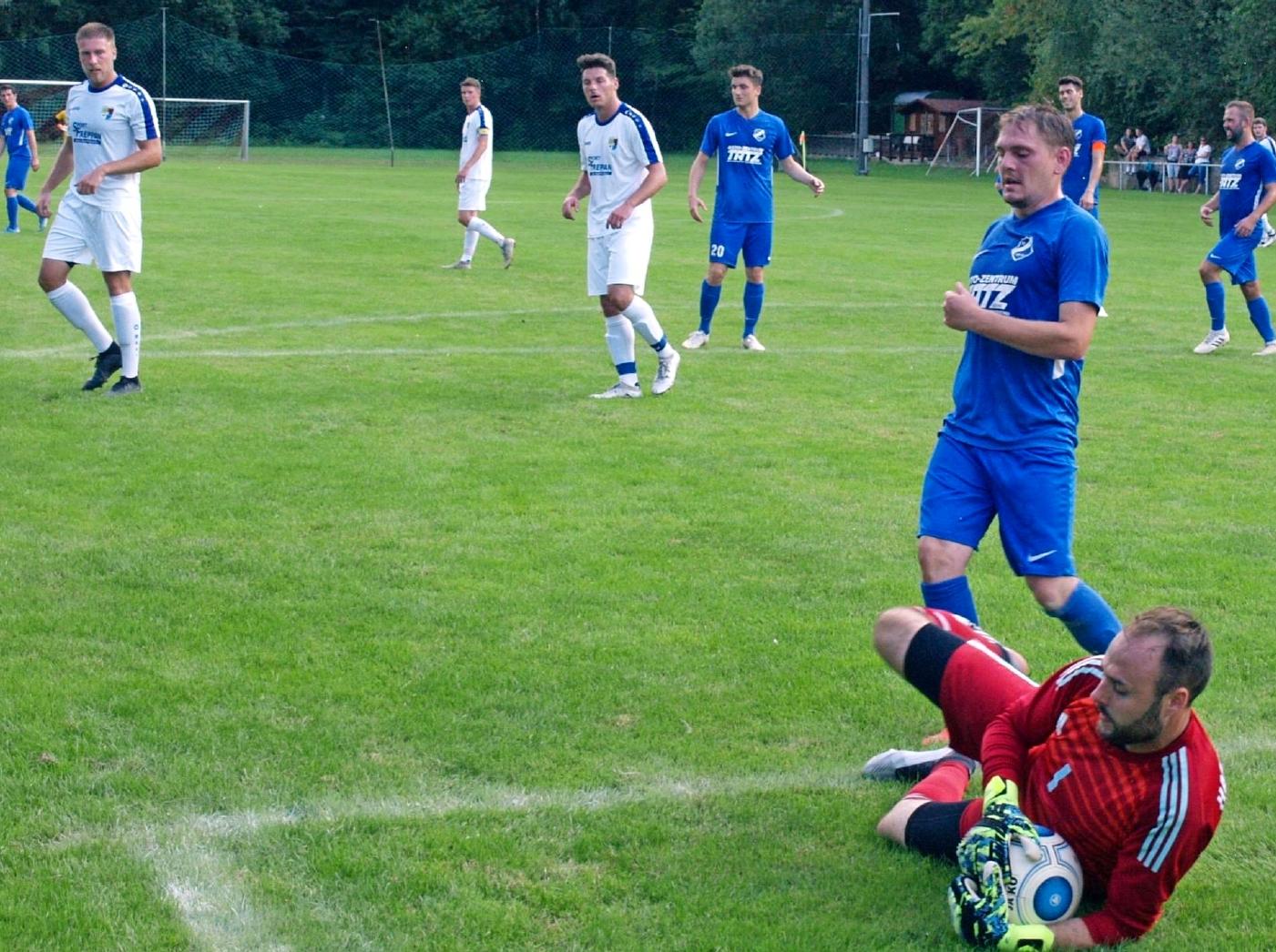 Kaum ein Durchkommen gab es für den SV Schluchtern (blaue Trikots) im Pokalspiel gegen die SGM Tiefenbach/Höchstberg. Und wenn doch war bei Keeper Daniel Hamberger meist Endstation. Foto: Martin Oheim