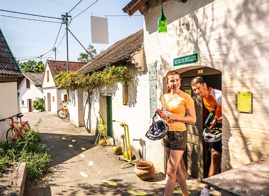 Mit dem Fahrrad durch die Kellergasse: Viele heimische Winzer locken mit ihren feinen Schmankerln zu einer entspannten Rast.Foto: NÖ Werbung/Robert Herbst