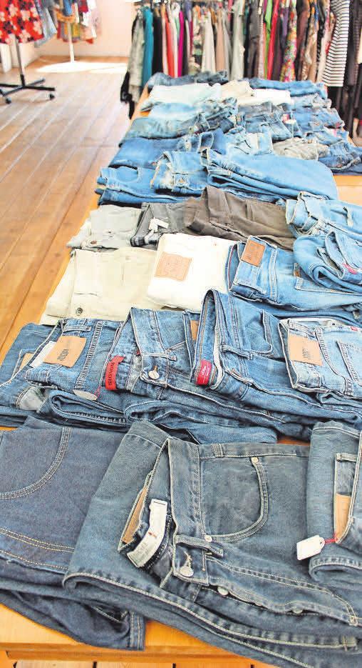 Der Second-Hand-Laden hat jede Menge Jeans im Abgebot.