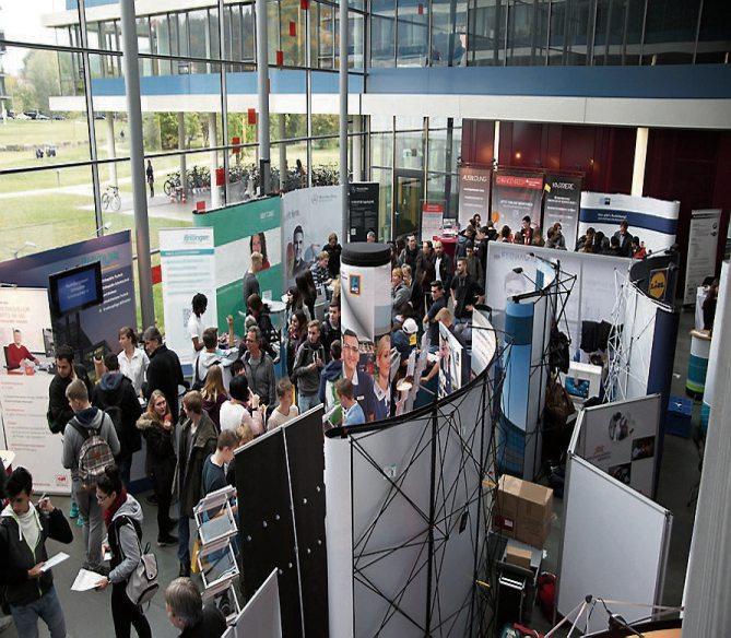 Beim Berufsinformationstag im Tübinger Landratsamt können sich Schülerinnen und Schüler an den Ständen der Ausbildungsbetriebe über die jeweiligen Berufsmöglichkeiten informieren. Bilder: Landratsamt Tübingen, Ulrich Metz