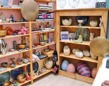 Im Ausstellungsraum und der Kreativwerkstatt findet man außerdem an jeder Ecke ihre eigenen Ton-Kunstwerke.
