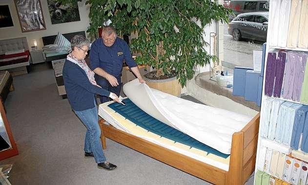 Die Bettenexperten Monika und Georg Marquardt sind fasziniert von der neuen Luftbett-Matratze. FOTO: HFR