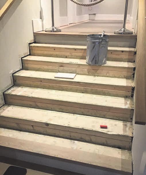 Diese Holztreppe sollte neu belegt werden. Foto: Tischlerei Die Holzwürmer