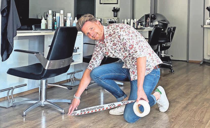 Timo Fuchs bereitet seinen Salon New Hair auf die Wiedereröffnung vor.