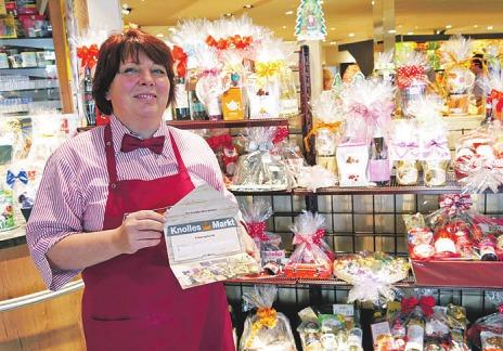 Mitarbeiterin Kerstin Schubert offeriert neben schön verpackten Präsenten auch Geschenk-Gutscheine