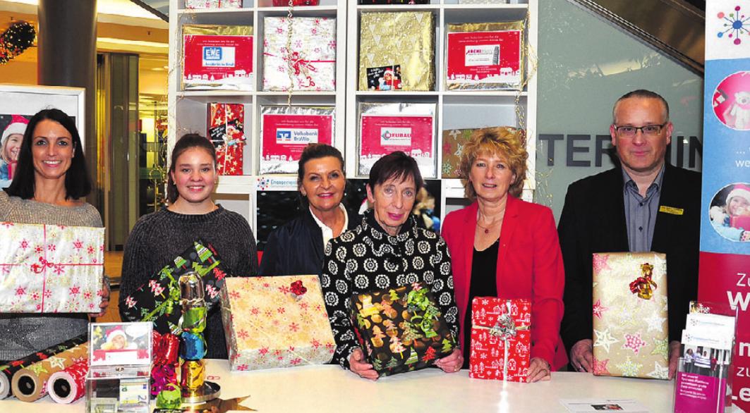 Meike Krenz, Kim Weingart, Martina Krüger (alle drei EngagementZentrum), Bürgermeisterin Bärbel Weist, Claudia Kayser und Ralf Minks (City Galerie) freuen sich auf viele Geschenke für Kinder.