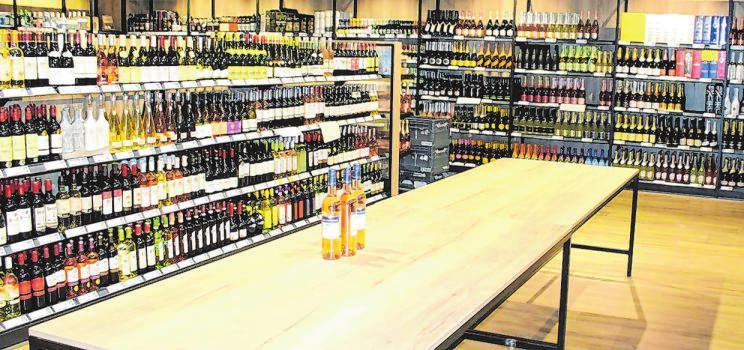 In der deutlich vergrößerten Wein- und Spirituosenabteilung finden die Kunden ein umfangreiches Angebot. Dort besteht die Gelegenheit zur Weinprobe