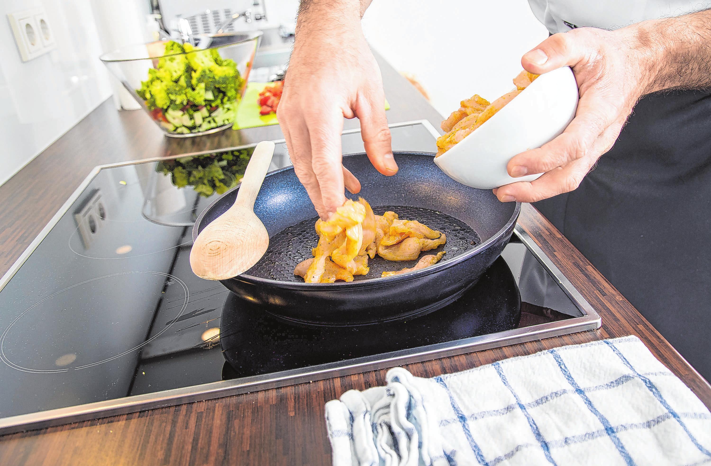 Fett aus der Pfanne oder Ölspritzer vom Salat: Wenn bei der Essenzubereitung etwas daneben geht, braucht das Kochfeld die richtige Pflege. Foto: Klose/dpa-mag