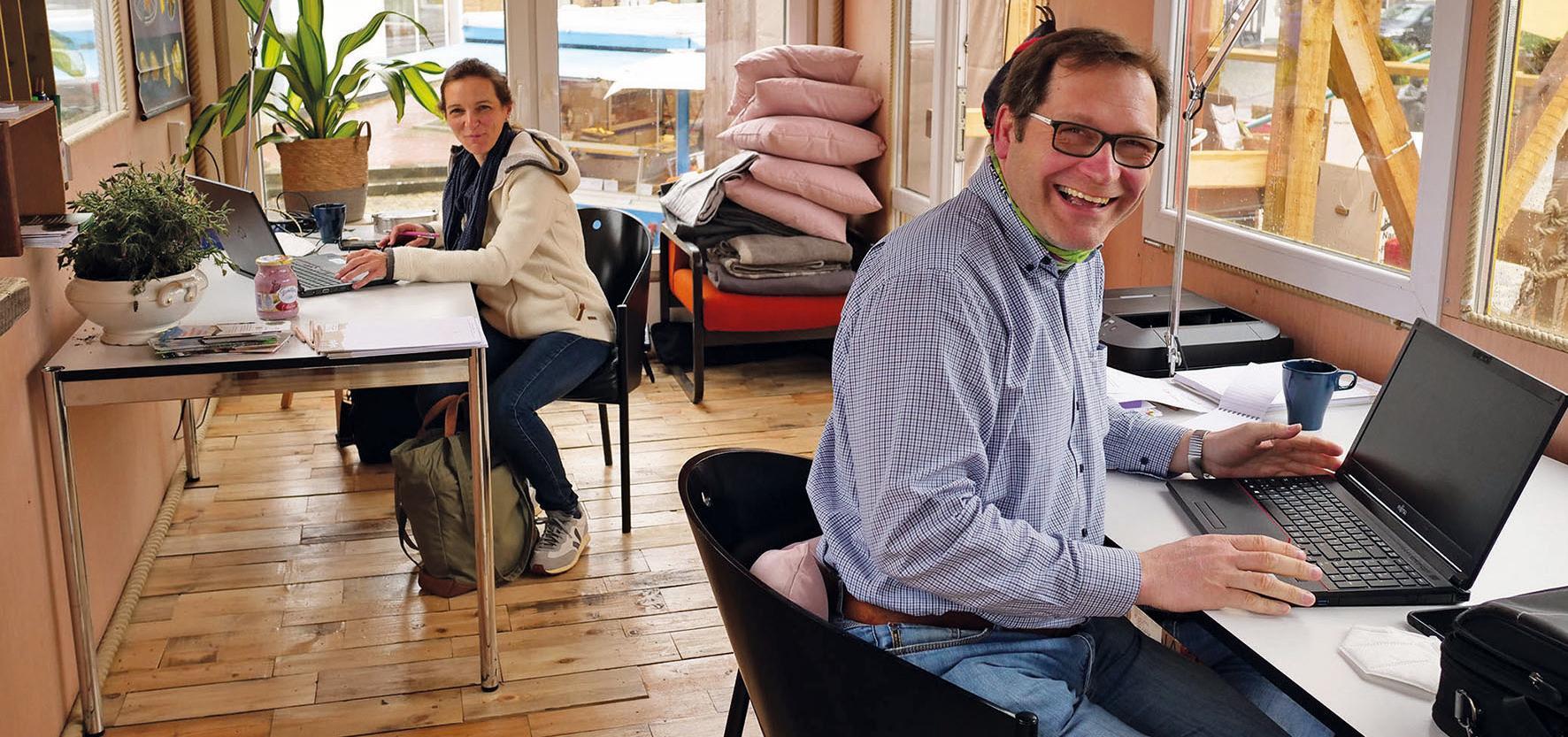 Berit Hartig und Rüdiger Fricke von der Landwirtschaftskammer Niedersachsen erproben den Pop-up-Coworking-Space in Wittingen. Foto: privat