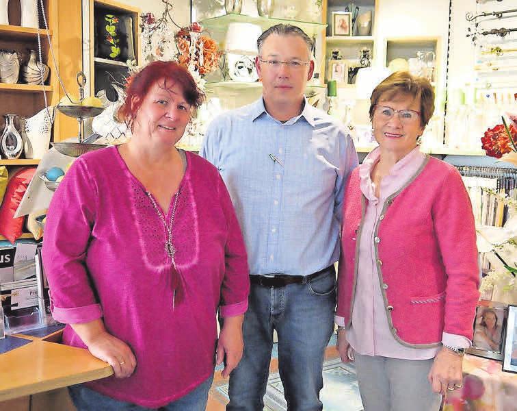 Mitarbeiterin Bettina Kreymeyer (links) sowie Oliver und Brunhilde Preuß sind weiterhin für ihre Kunden da.