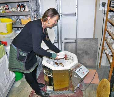 Für ihre Töpferkurse stellt Monika den Teilnehmern ihre Hilfe, das Material und den Brennofen zur Verfügung.