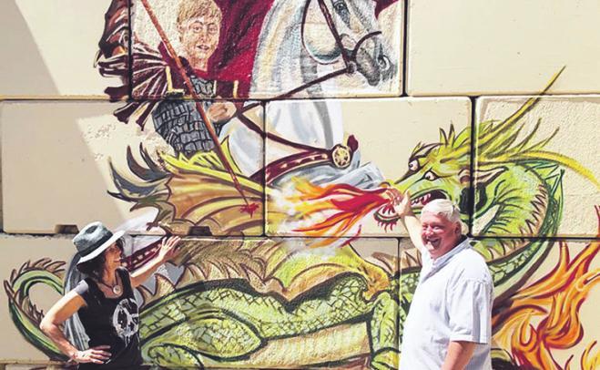 Künstlerin AndyMo und Gary Blackburn, Chef des Baumdienst Siebengebirge. Bild: privat