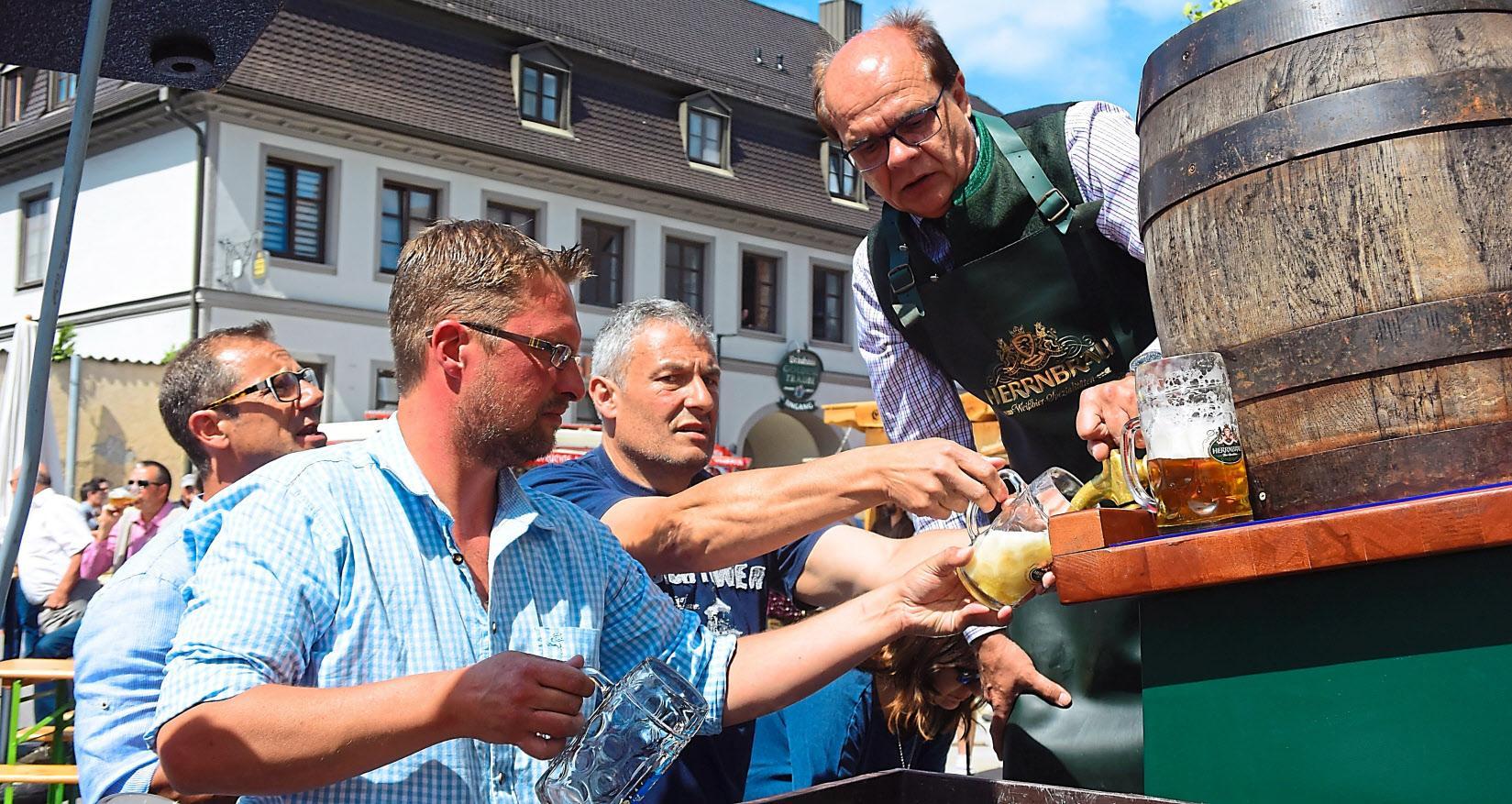 Ozapft is: Am Samstagabend eröffnet Bürgermeister Ludwig Diepold das Fest mit dem Bieranstich.