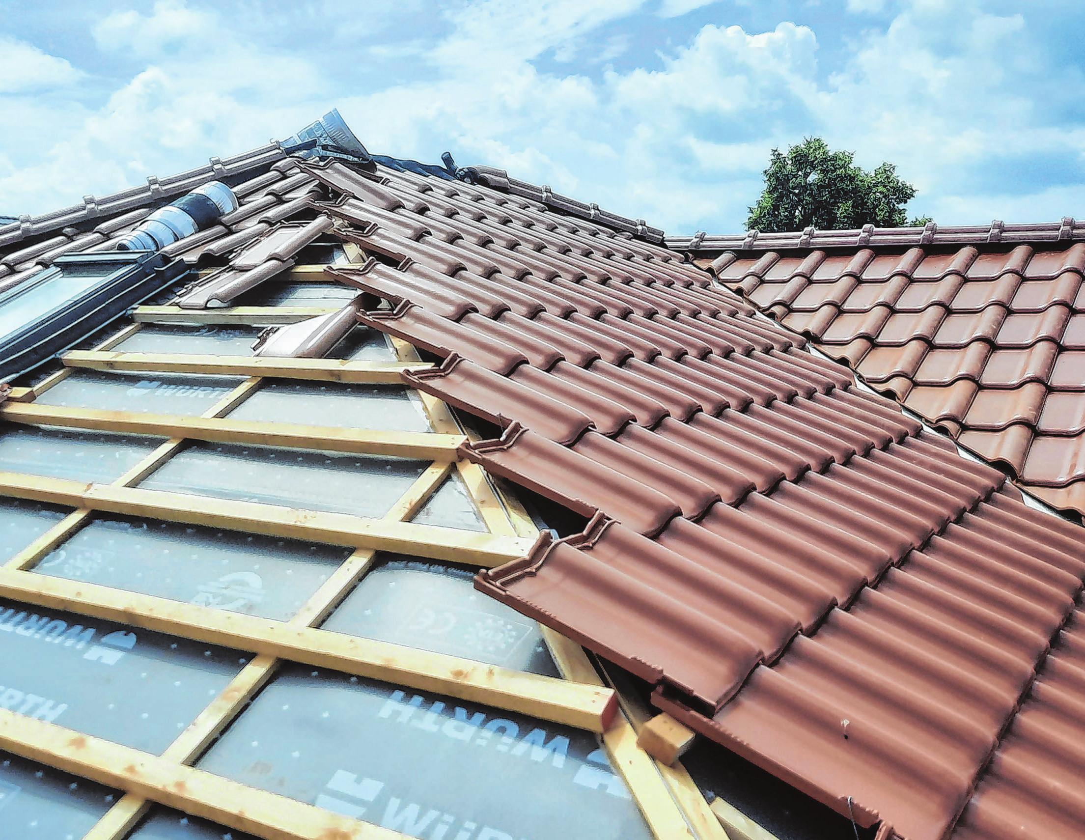 Die Dächer wurden mit kupferfarbenen Tondachziegeln eingedeckt. Foto: Christine Schilg