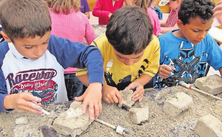 Mit Begeisterung sind die Kids beim Bergen eines Fossils oder Skeletts dabei.