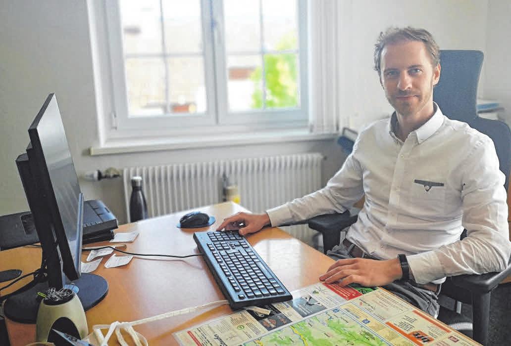 Bürgermeister Oliver-Kersten Raab hat alle Pläne zum Bau der Feuerwehrhäuser auf seinem Rechner. FOTO: OH