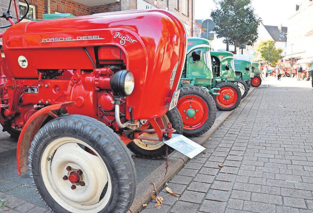 Entlang der Bremer Straße präsentieren sich die Traktoren.