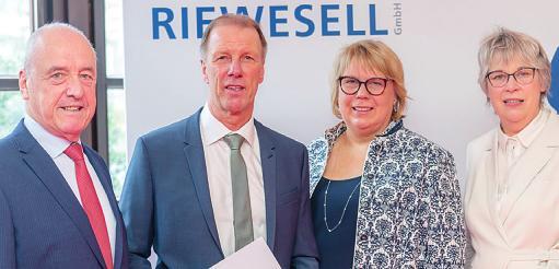 Bürgervorsteher Adolf Bergmann (v. l.), Heino und Claudia Riewesell sowie Uetersens Bürgermeisterin Andrea Hansen