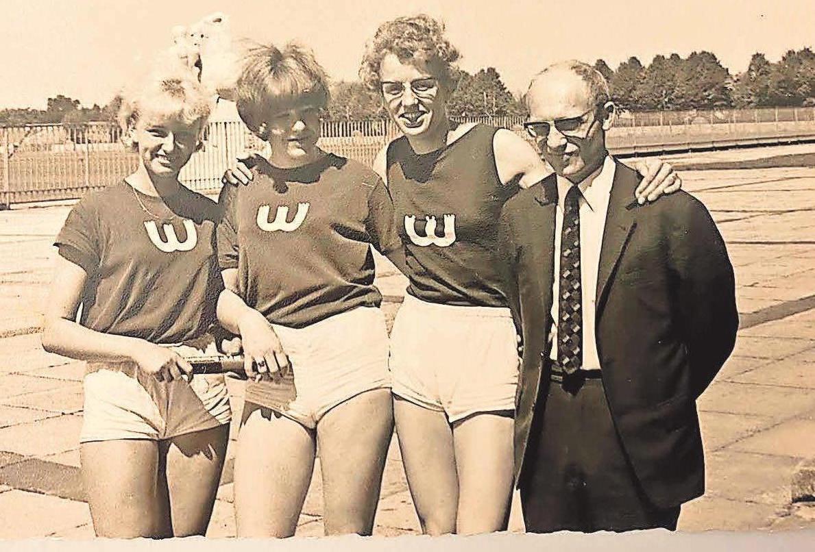 Deutscher Meister 1966: Die 3x800-Meter-Staffel um Christa Basche, Mechthild Achtel und Christa Luczak sicherte sich den Titel. Nicht fehlen durfte Robert Novak (r.), der das Geschehen vor Ort verfolgte.