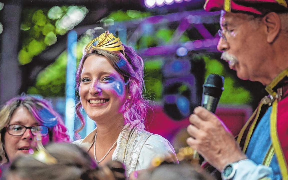 Charmante Botschafter Gerolzhofens sind beim Weinfest Weinprinzessin Julia Fuchs und Markgraf Gerold (Peter Popp). FOTO: SERGEJ CHERNOISIKOW