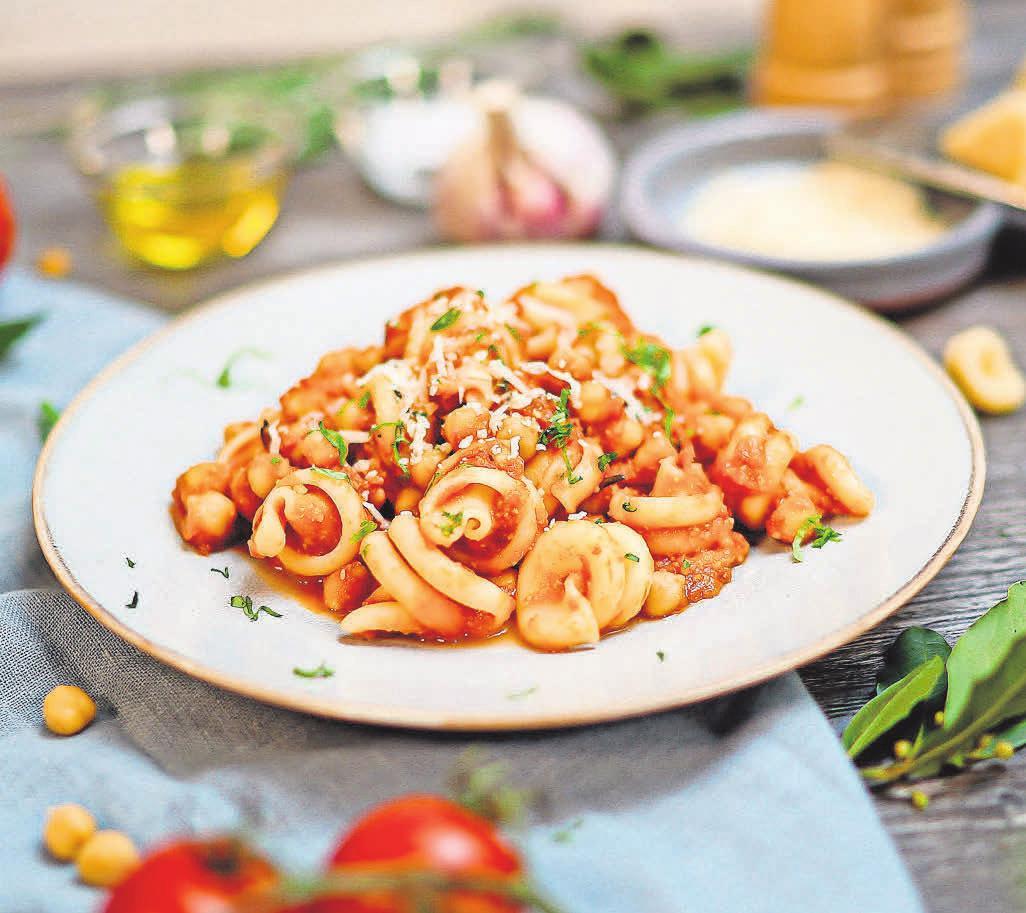 Frische Kräuter, milder Knoblauch, aromatische Tomaten und Olivenöl geben der Pasta die mediterrane Note. Foto: djd/ORO di Parma