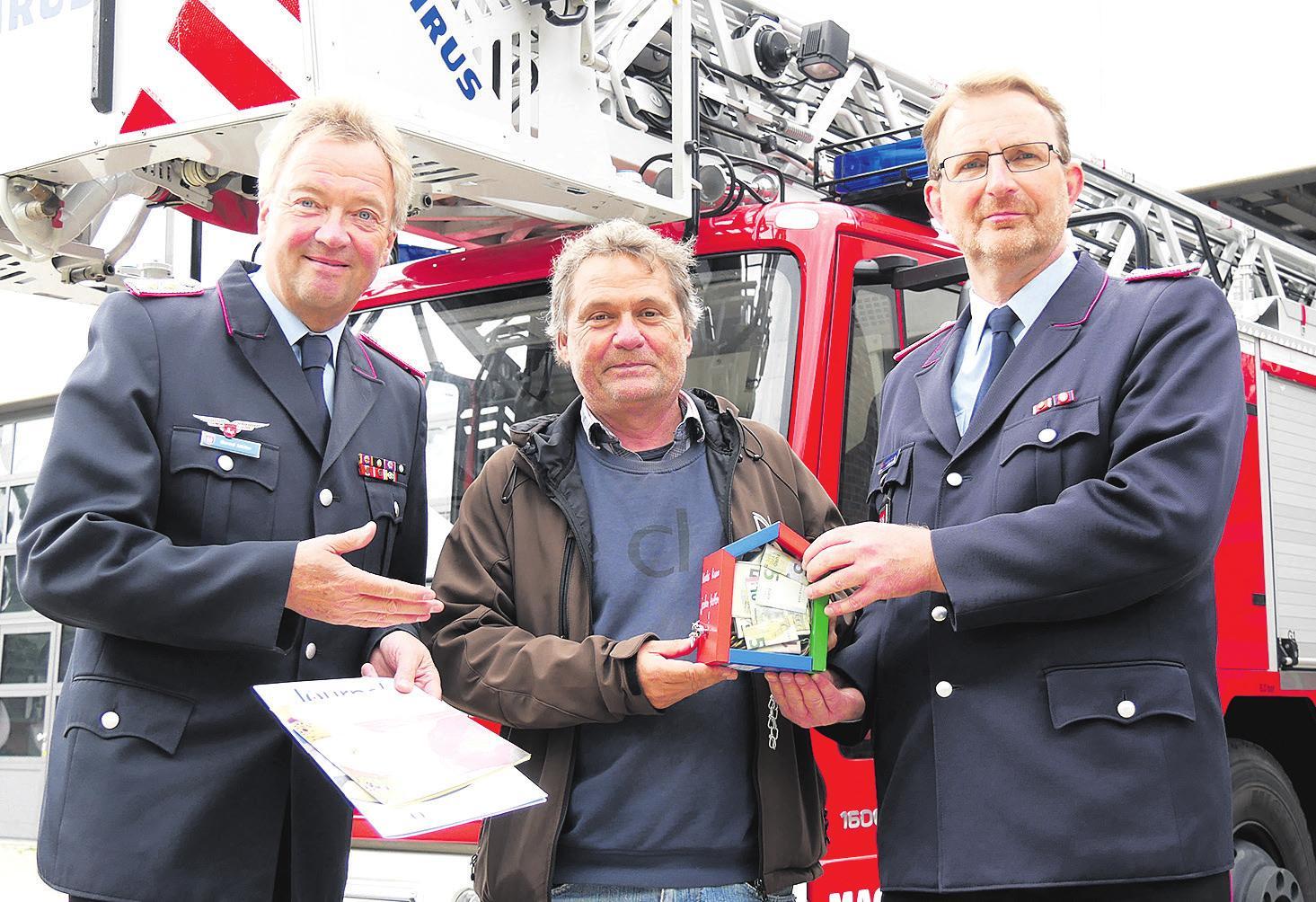Übergabe der Spende. Foto: Feuerwehr Celle