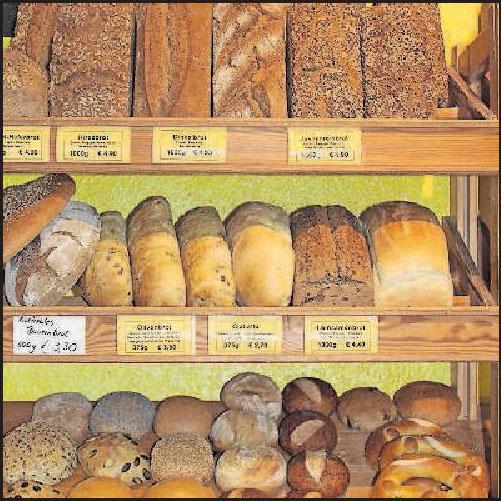 """Gesund und lecker: Brote und Backwaren in der Auslage der """"Kichererbse"""". FOTO: HAH"""