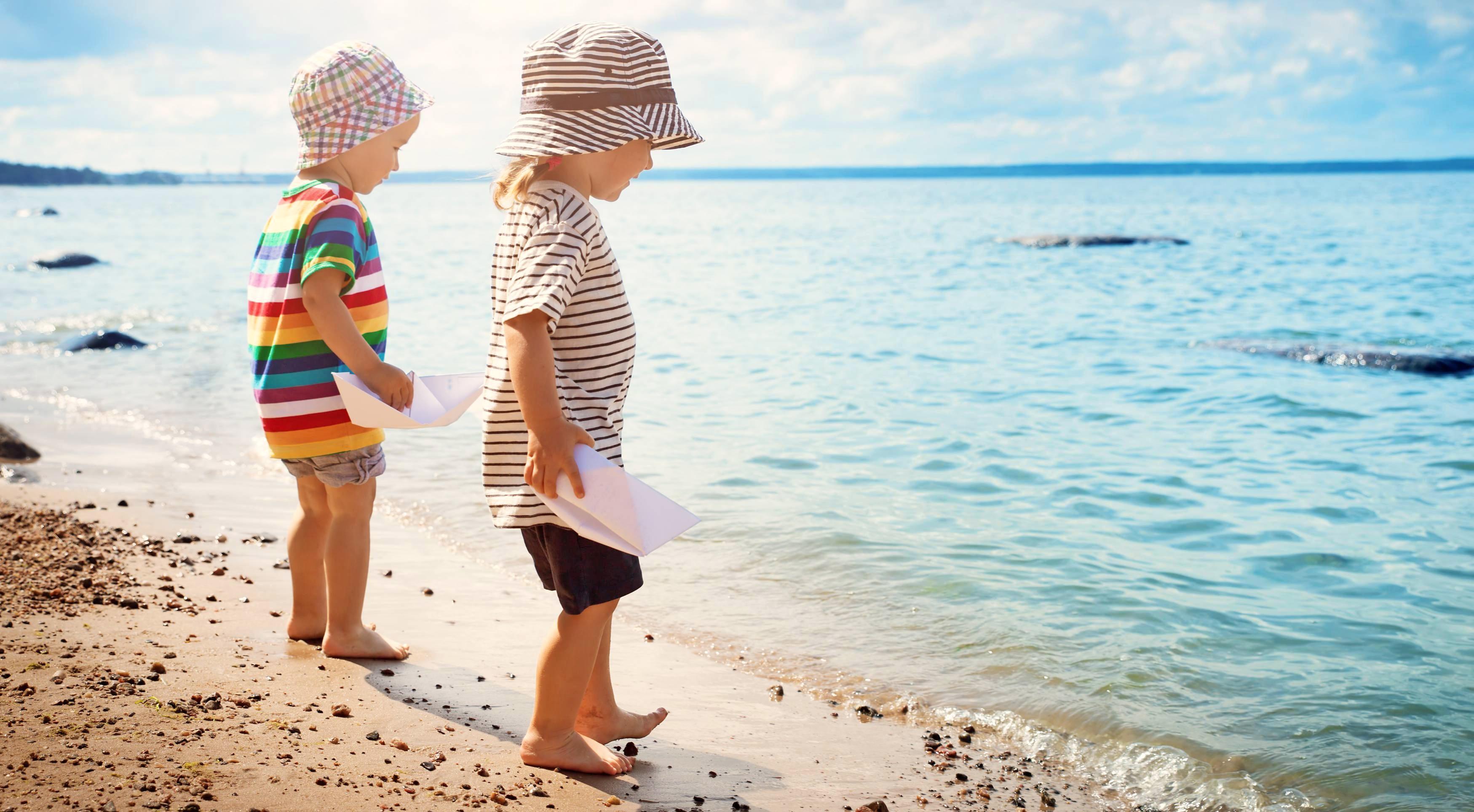 Gut behütet können Kinder am Strand spielen. Eltern sollten dabei ihren Nachwuchs im Auge behalten. Foto: candy1812/stock.adobe.com
