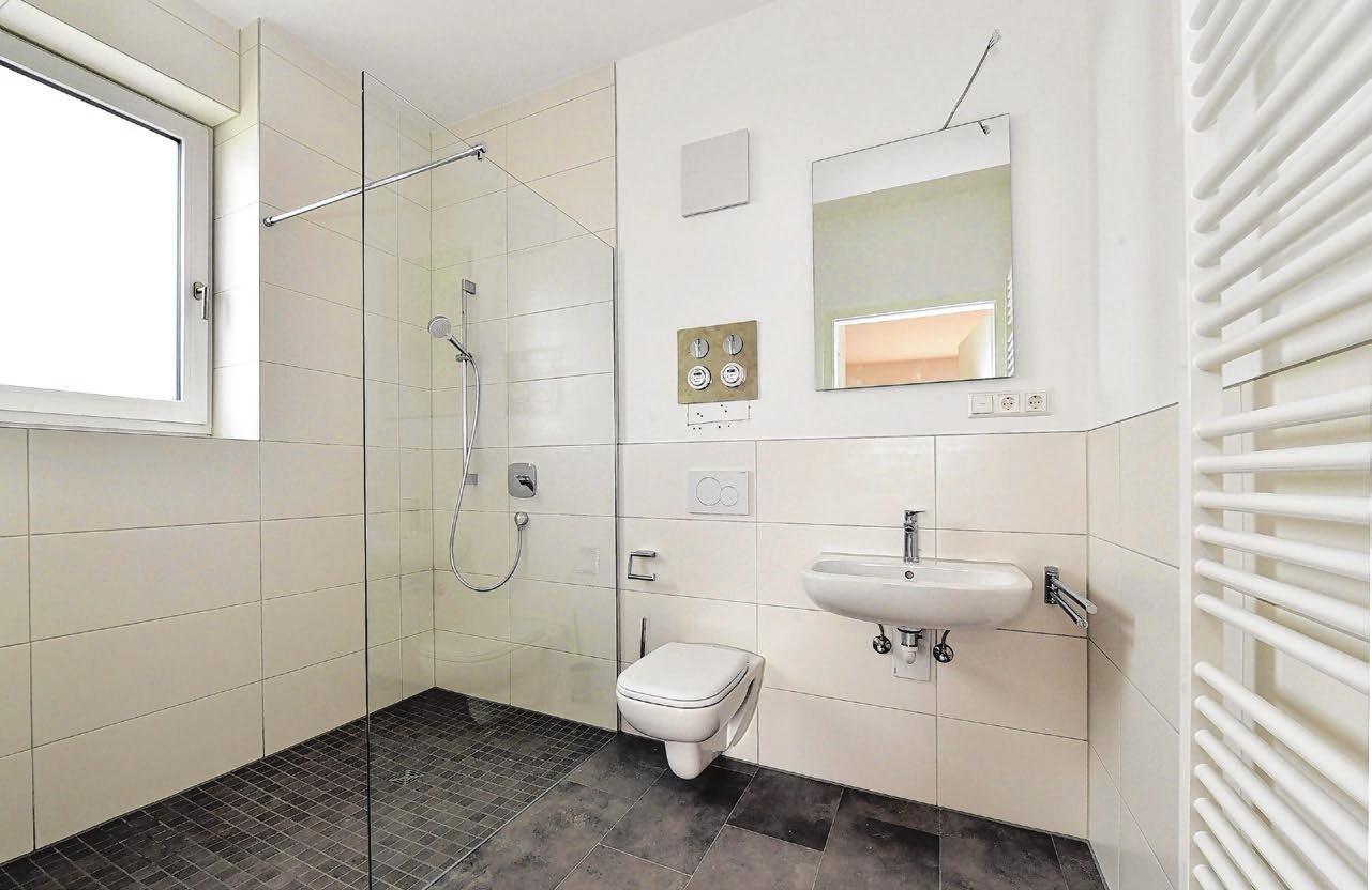 Badkultur auf hohem Niveau mit barrierefreier Dusche und weiteren Finessen.