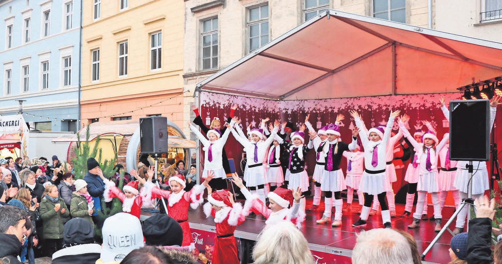 """Ein weihnachtliches Programm von der Tanzschule """"Quer durch die Gasse"""" aus Perleberg."""