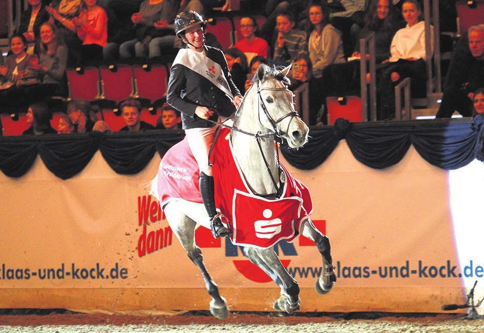 Ehre, wem Ehre gebührt: Katrin Eckermann geht nach ihrem Triumph im Championat von Münster auf die Siegerrunde.