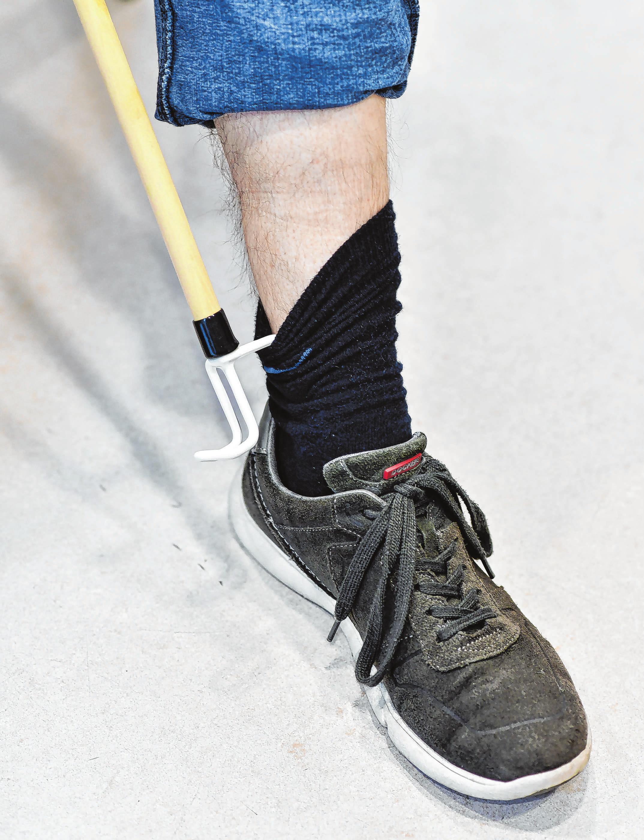 Hilft auch beim Zurechtziehen der Socken: ein Anziehstab mit Haken am Ende.