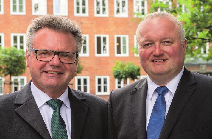 Glückwünsche aus Bad Oldesloe kommen von Kreispräsident Hans-Werner Harmuth und Landrat Dr. Henning Görtz.Foto: Jürgen Müller