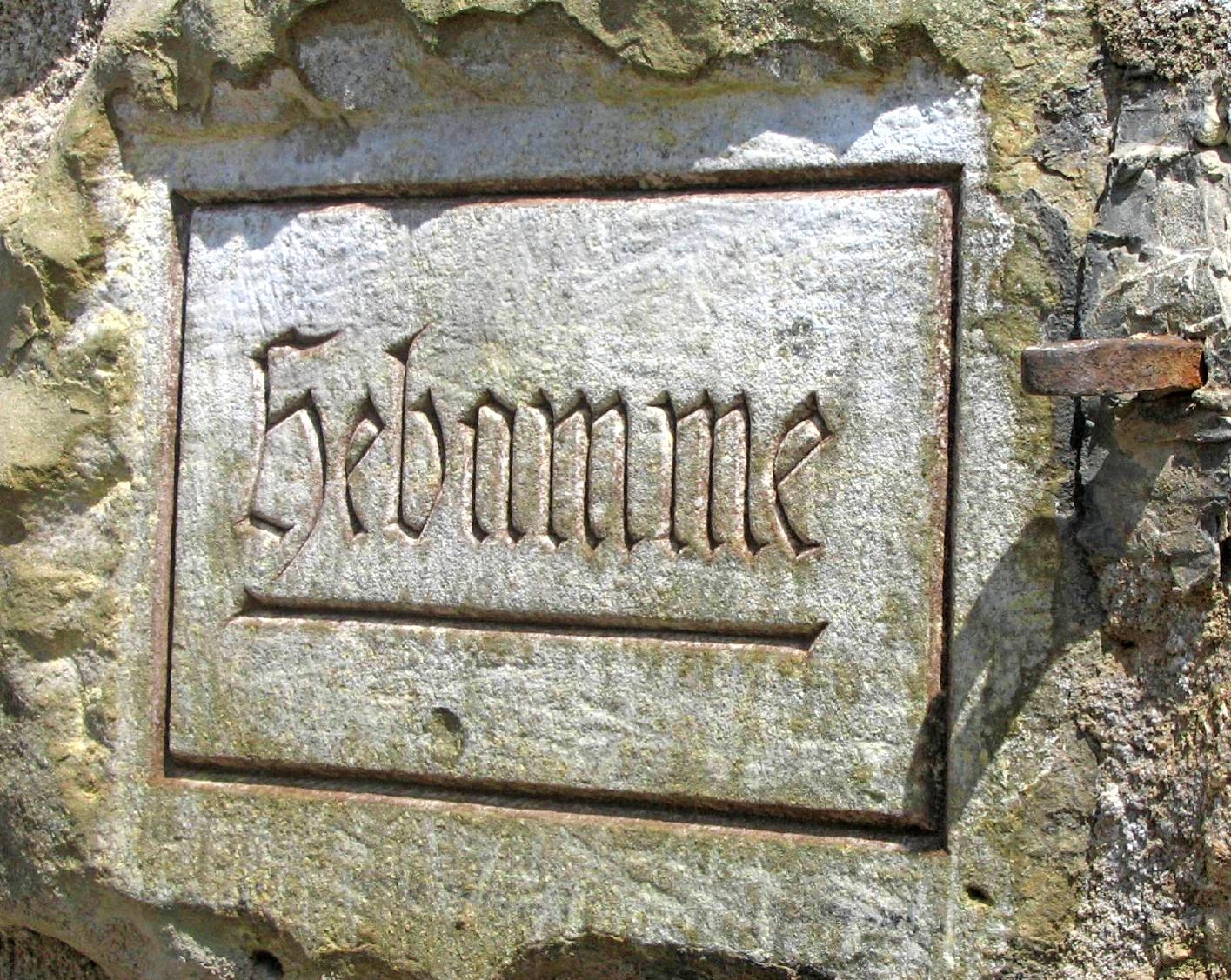 Das Hebammenschild erinnert an Frieda Schneider. Weil die Hebamme auf der Talheimer Burg wohnte, ließ sie eine Metallöse (rechts) anbringen, an der ein Glockenzug befestigt war. So ersparte sie werdenden Vätern den steilen Aufstieg. Foto: Archiv/Grimm