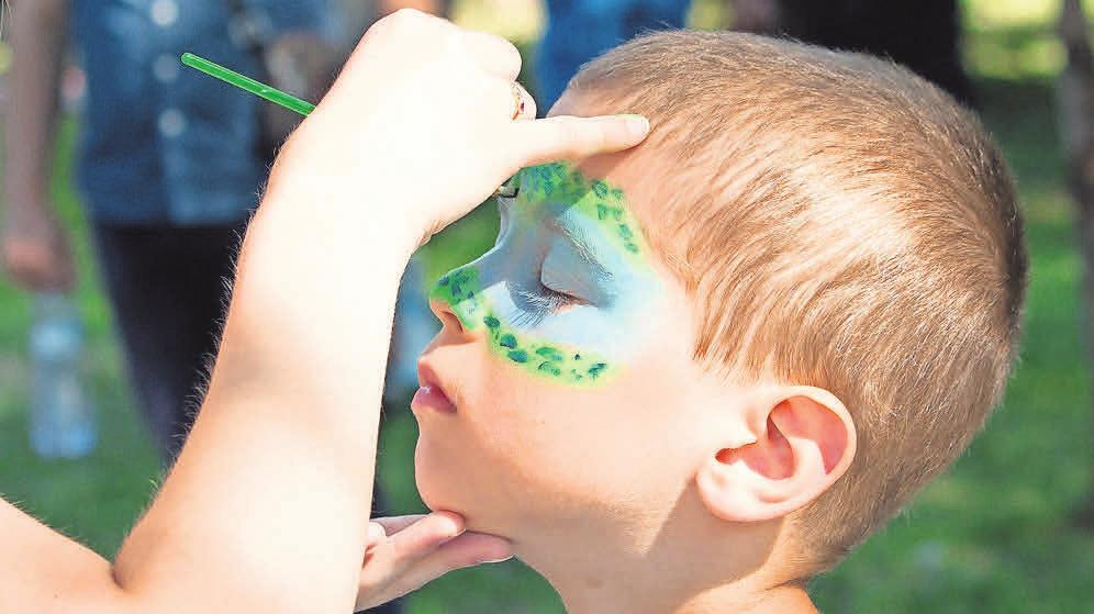 Kinder können sich auch schminken lassen.