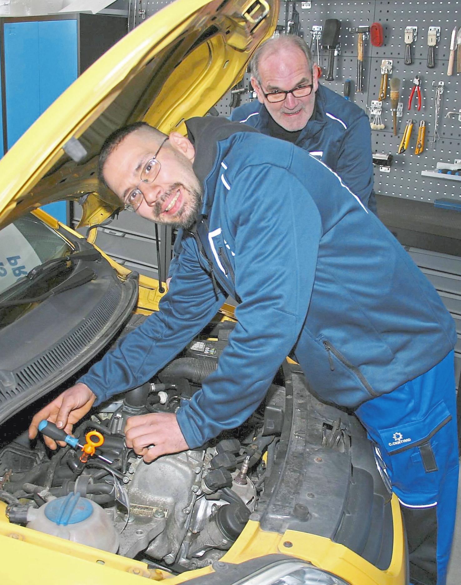 Motoren sind ihre Leidenschaft: Oliver Nienhaber (vorne) und Hartmut Walter sind KFZ-Profis.