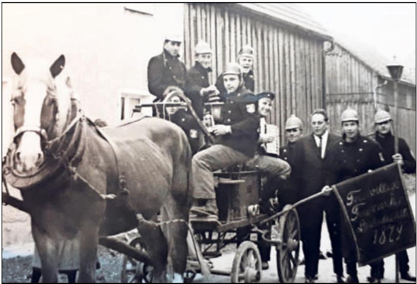 """Die Hand-, Saug- und Druckspritze aus dem Jahre 1901 wird noch heute verwendet: beim """"Heimleuchten"""" anlässlich von Hochzeiten und Taufen."""
