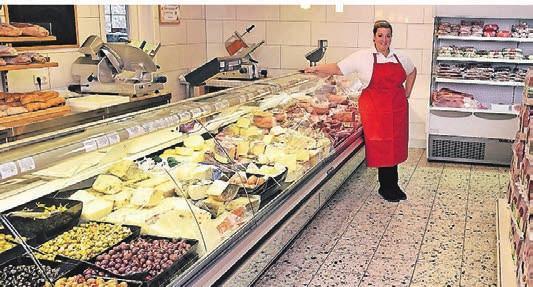 Vor allem die frischen italienischen Wurst- und Käsesorten des Supermarkts locken die Kunden an.