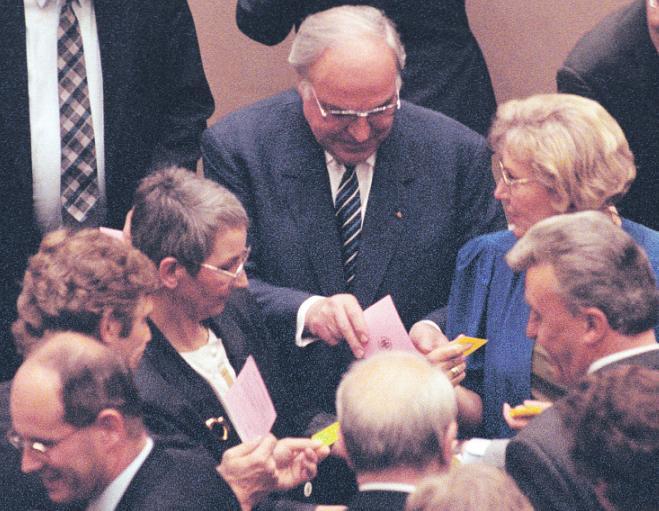 Kanzler Kohl bei der Stimmabgabe am Abend des 20. Juni 1991, im Hintergrund Gregor Gysi. Bild: DBT/Steponaitis