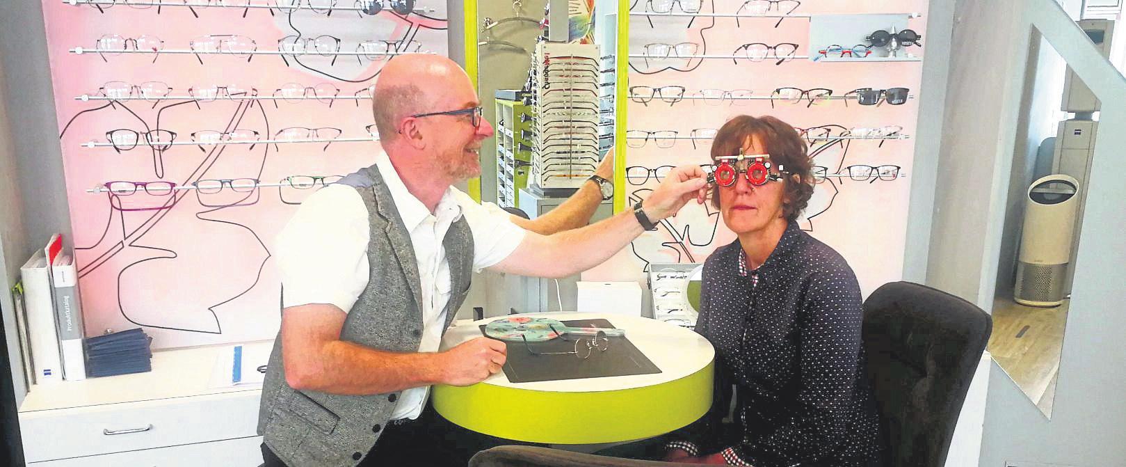 Feinabgleich mit der Messbrille: Erst wenn die richtige Glasstärke und das Wunschgestell gefunden sind, ist Thomas Metz – hier mit einer Kollegin auf dem Bild – zufrieden.