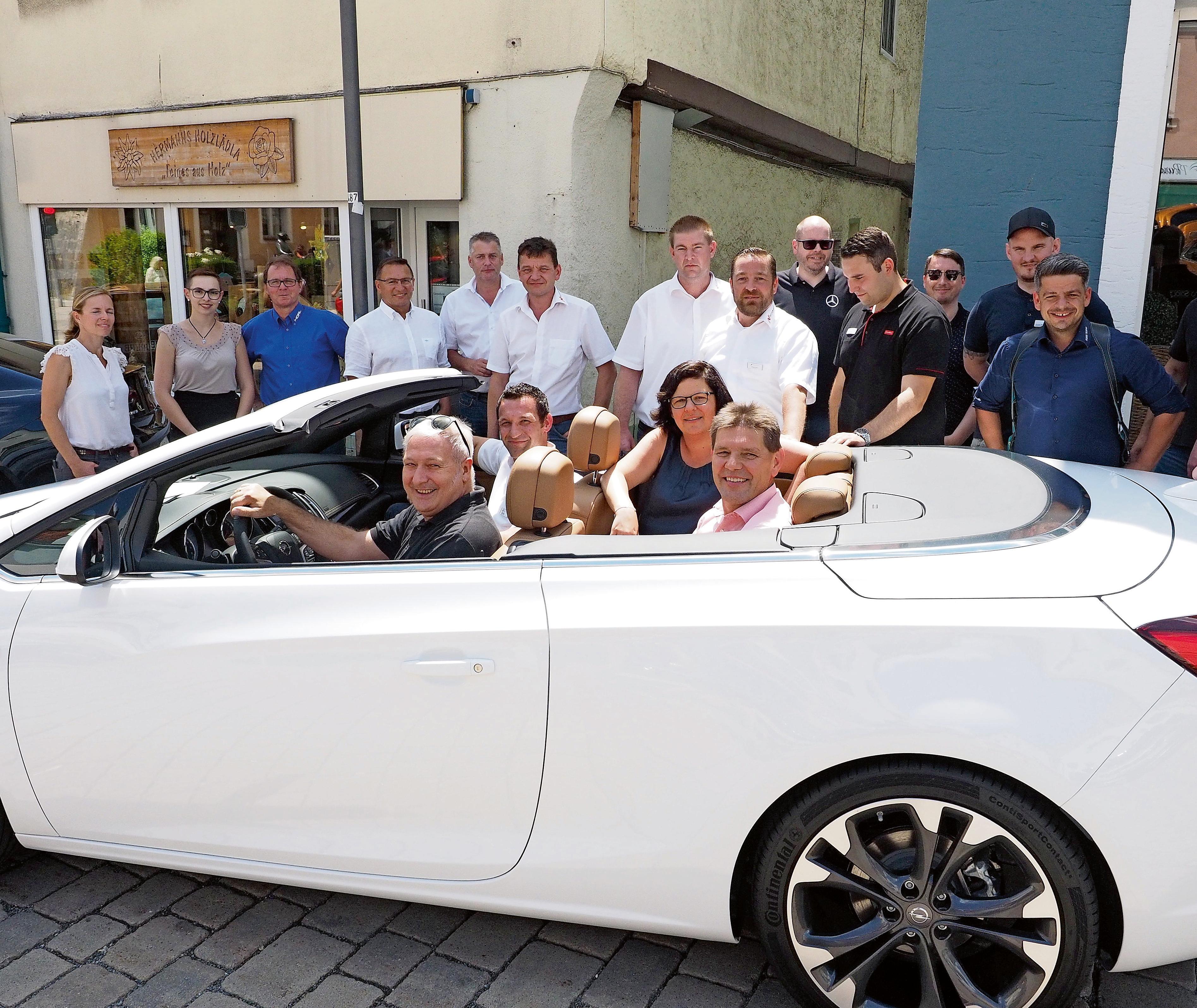 Die Pegnitzer Autohäuser und ihre Mitarbeiter freuen sich – genauso wie Bürgermeister Uwe Raab (am Steuer) – auf die Besucher des City-Autosalons in Pegnitz. Foto: Klaus Tren