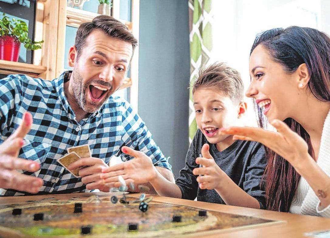 Gemeinsam mit der Familie, zum Beispiel mit Brettspielen, lässt sich die Zeit zu Hauseviel schneller vertreiben. Foto: Leszek Glasner/123rf.com