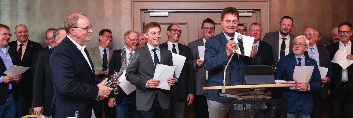 """Die Gäste gratulierten mit einer Variation von Grönemeyers """"Männer""""."""